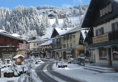 Combine skiing in Les Gets in France and Champoluc in Italy on one trip