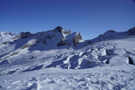 Great views of the glacier that splits the skiing, from the Längfluh side