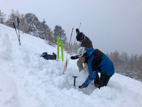 What to do on a bad weather day: an avalanche exercise