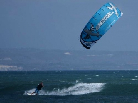 Go kitesurfing, break a world record and raise funds for Snow-Camp
