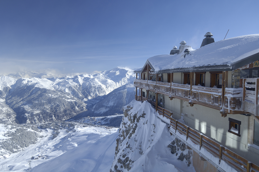 Where to ski and snowboard courchevel for Lodges in france